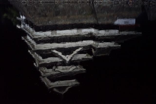 堀に映る松本城