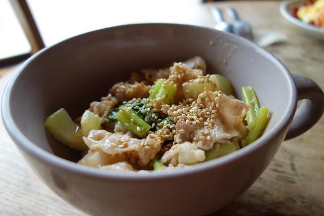 セロリと豚肉のゴマ味噌炒め丼