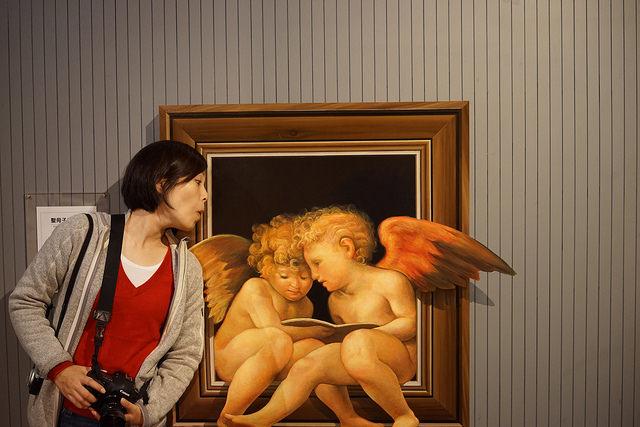 天使の本を覗き込む