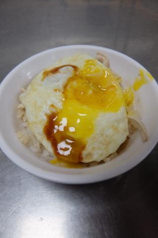 鶏肉飯の卵のせ